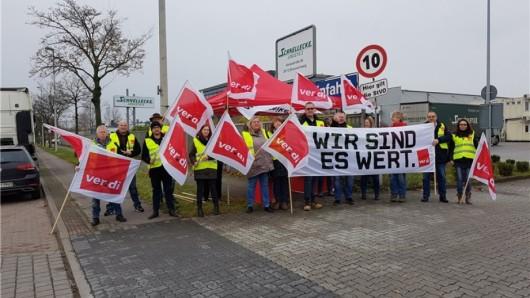 Die Verdi-Mitglieder versammelten sich vor dem Schnellecke-Betriebsgelände in Braunschweig.