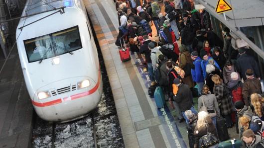 Fahrgäste müssen bei Schnee mehr Zeit einplanen. (Archivbild)