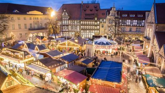 Der Burgplatz ist mit seinem historischen Ambiente und dem Braunschweiger Löwen das Herzstück des Braunschweiger Weihnachtsmarktes.