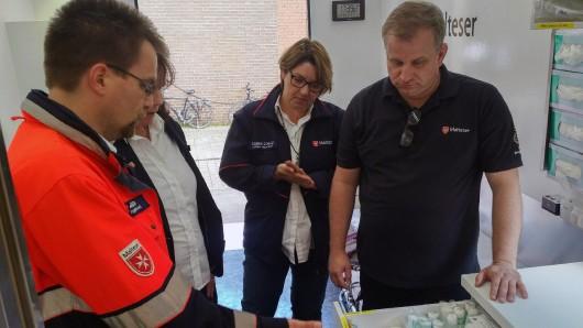 Rettungssanitäter Matthias Walter (l.) zeigt die Vorräte an Verbandsmaterialien.