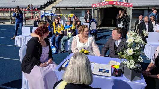 Sie haben Ja gesagt: Melanie Gurdas und Matthias Schatta werden von ihren Angehörigen gefeiert.