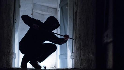Der Anwohner hat die Einbrecher dabei beobachtet, wie sie sich an der Eingangstür zu schaffen gemacht haben. (Symbolbild)