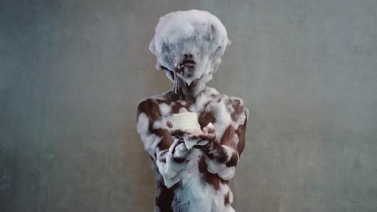 In der Schuldfabrik wird laut Künstler Seife aus menschlichem Fett angeboten.