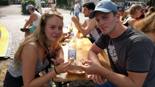 Félice und Dominic aus Braunschweig probieren grad Insekten: Die sind sehr lecker. Die Mehlwürmer sind wie crunchige Chips. Auch die Dim Sum schmecken uns gut.
