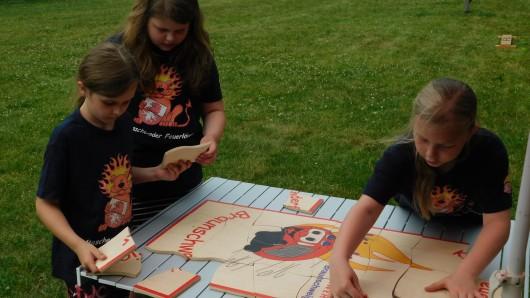 Die Mascheroder Kids beim Puzzlen.
