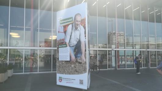 Der Station Tower vor dem Hauptbahnhof: Er soll auf Nachhaltigkeit und fleißige Bauern aus der Region hinweisen.