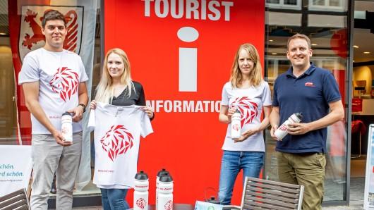 Für sportliche Löwenstadt-Fans gibt es jetzt ein Sportshirt und eine neue Trinkflasche in der Touristinfo: Johannes Skowron und Alina Hische (l.) von Re-Athlete sowie Nina Bierwirth und Simon Heß (r.) vom Stadtmarketing präsentieren die nachhaltigen Produkte.