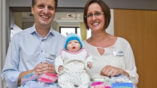 Abteilungsleiter Jost Wigand Richter und Stationsleiterin Lydia Schneider freuen sich über die Mützen und Söckchen für die Kinder-Intensivstation.