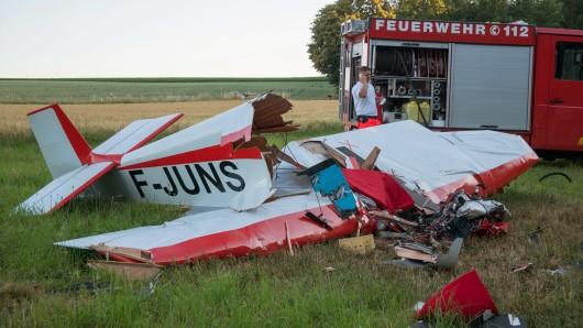 Das Kleinflugzeug des Typs Jodel D 92 war kurz nach dem Start von einem Flugplatz in Mosbach-Lohrbach aus unbekanntem Grund in ein Feld gestürzt.