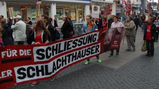 Gemeinsam durch die Stadt: Der Protestzug demonstriert für die Schließung aller Schlachthöfe.