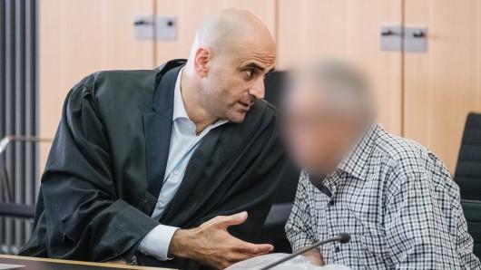 Der Angeklagte und sein Verteidiger Rechtsanwalt Erkan Altun sitzen im Gerichtssaal im Landgericht Braunschweig.