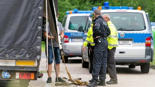 Die Polizei kontrolliert regelmäßig den LKW-Verkehr auf der A2.