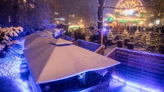 Die Flöße im Burggraben sind auf dem Weihnachtsmarkt jedes Jahr beliebt: Die Stadt empfiehlt eine frühe Buchung.
