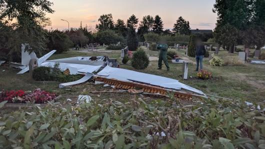 Teile des Flugzeugs landeten auf dem Friedhof in Waggum. 55 Meter weiter starb der erst 15 Jahre junge Pilot. (Archivbild)