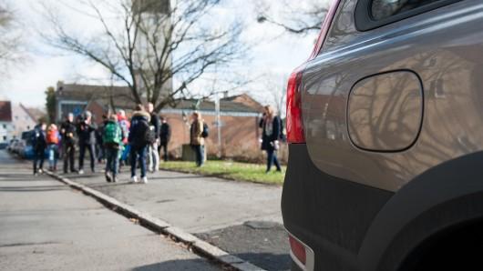 Unvorbildliches Verhalten vor der Grundschule, so lautet die Meldung der Polizei Braunschweig (Archivbild).