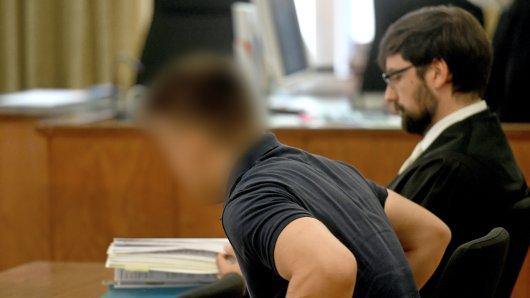 Der wegen versuchten Mordes angeklagter 19-Jährige neben seinem Verteidiger Stephan Kahl vor dem Landgericht Brauinschweig. Das Foto entstand während des Prozessauftakts im August.