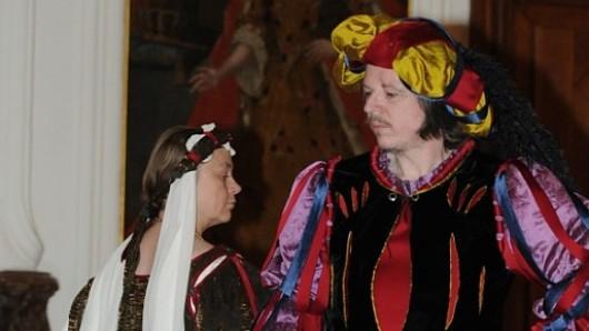 Edda Oelker und Thomas Sandvoß laden zum historischen Tanzen ein.