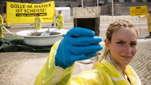 Greenpeace-Aktivisten protestieren gegen die Folgen der Massentierhaltung (Achivbild).