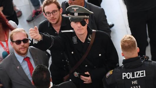 Martin Sonneborn (Mitte), Satiriker, Journalist und Politiker, will als Stauffenberg zum Buchmessen-Auftritt von AfD-Politiker Björn Höcke.