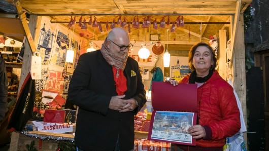 """Annette Mohr freut sich über den ersten Platz: Ihr Stand """"La Kitchenette"""" hat die Jury, hier vertreten durch Olaf Jaeschke, mit regionalem Bezug und ausgefallenen Geschenkideen überzeugt."""