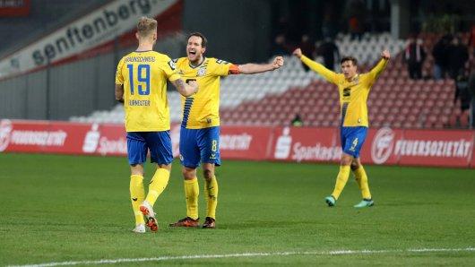Felix Burmeister, Stephan Fürstner und Malte Amundsen feiern den Sieg in Cottbus.