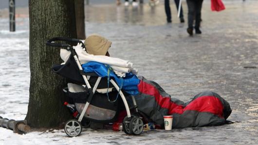 Die Temperaturen sind für die Menschen auf der Straße lebensgefährlich. (Archivbild)