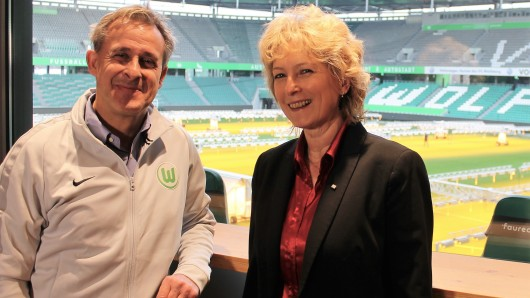 Pierre Littbarski, Markenbotschafter des VfL Wolfsburg, hat Claudia Kayser, Leiterin der Direktion Wolfsburg bei der Volksbank BraWo, seine Zusage für den walk4help gegeben und ruft zur Teilnahme am 26. Mai 2019 auf.