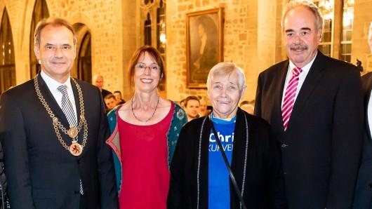Braunschweigs OB Ulrich Markurth (links) hat Christa Neumann, mit Kristine Schmieding, die Bürgermedaille verliehen.