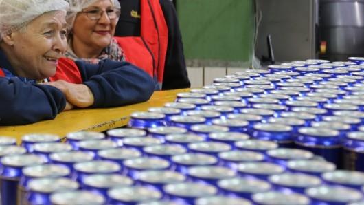 Sichtlich glücklich nimmt Christel Neumann direkt an der Abfüllmaschine ihre Wolters-Dosen in Empfang.