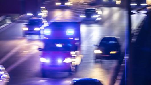 Am Freitag war ein Mann auf der A2 bei Braunschweig von einem Auto erfasst und tödlich verletzt worden. Jetzt steht seine Identität fest (Symbolbild).