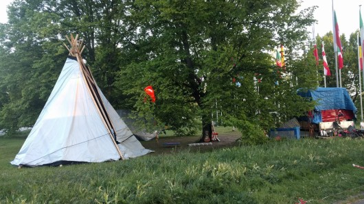 Seit einigen Tagen sorgt in Braunschweig ein Zelt auf dem Europaplatz für Spekulationen. Auch ein Esel grast hier. Was aber steckt dahinter?