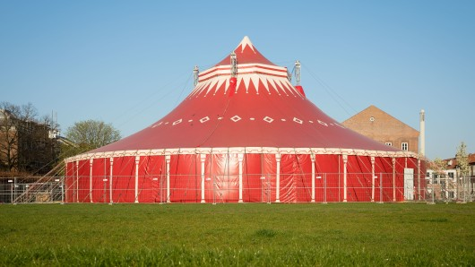 Weil Bauarbeiten im Hörsaalgebäude der TU stattfinden, lernen die Studenten gerade im Zirkuszelt.