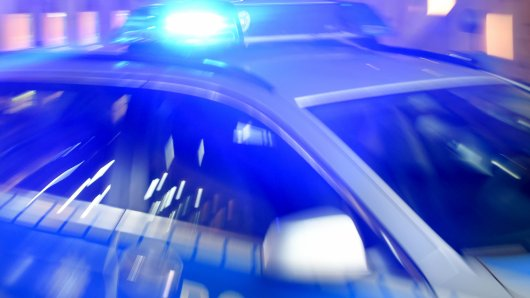 Polizeieinsatz in Wolfsburg: Lkw schleift Mazda mit. (Symbolbild)