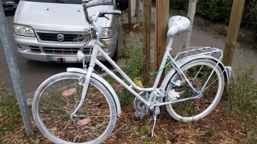 Dieses Fahrrad erinnert an einen Unfall in Braunschweig, bei dem eine Radfahrerin ums Leben gekommen ist.