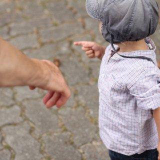 Eine Oma ist mit ihrem Enkel unterwegs. Plötzlich läuft das Kind auf die Straße.