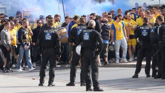 Bei einem Fanmarsch von Eintracht Braunschweig wurden Rauchtöpfe gezündet. Daran gibt es jetzt Kritik - auch am Verhalten der Polizei. Waren die Beamten zu passiv? (Archivbild)