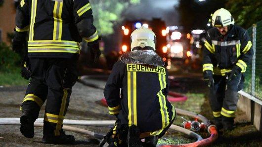 In Liebenburg im Harz kämpft ein Großaufgebot der Feuerwehr seit Stunden gegen einen Großbrand. (Symbolbild)