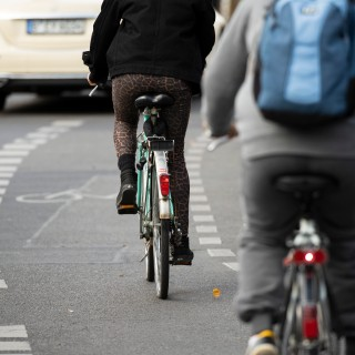 Eine Fahrradfahrerin wollte in Braunschweig mit ihrer Tochter die Straße überqueren. Einer Autofahrerin ging das wohl nicht schnell genug. (Symbolbild)