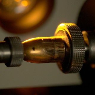 Das Projektil aus einer Tatwaffe. Es wird am Kriminaltechnischen Institut in Hannover untersucht. Die Fachleute werten das Rillenmuster aus, das der Lauf der Waffe auf dem Geschoss hinterlassen hat. Es ist unverwechselbar wie ein Fingerabdruck.