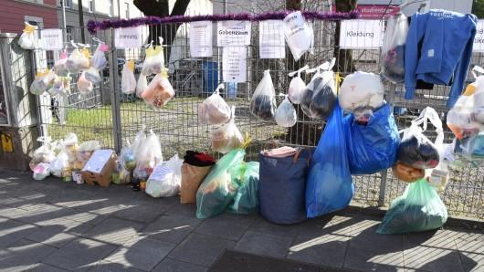 Braunschweig hat jetzt einen Gabenzaun. Dort hängen Leute Spenden dran. Obdachlose und Bedürftige können sie sich dann abholen. Die Idee hat schon in anderen Städten, wie hier in München, Anklang gefunden.