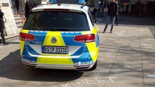 Die Polizei Braunschweig auf dem Platz der Deutschen Einheit. Für diesen Einsatz bekommt sie Kritik – und verteidigt sich.