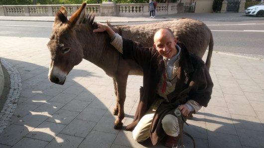 Martin Struhk und sein Esel Ronny aus Braunschweig haben schon öfters Schlagzeilen geschrieben. Unter anderem wurde Ronny mal in Berlin festgenommen!