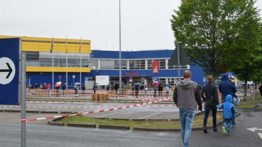 Der Andrang bei Ikea in Braunschweig war trotz Regen groß.