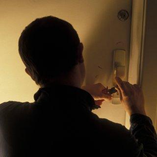 Bewohner wollten einen Einbrecher in Melvrode in Braunschweig selbst überführen. Nun hat sich eine Frau auch strafbar gemacht. (Symbolbild)