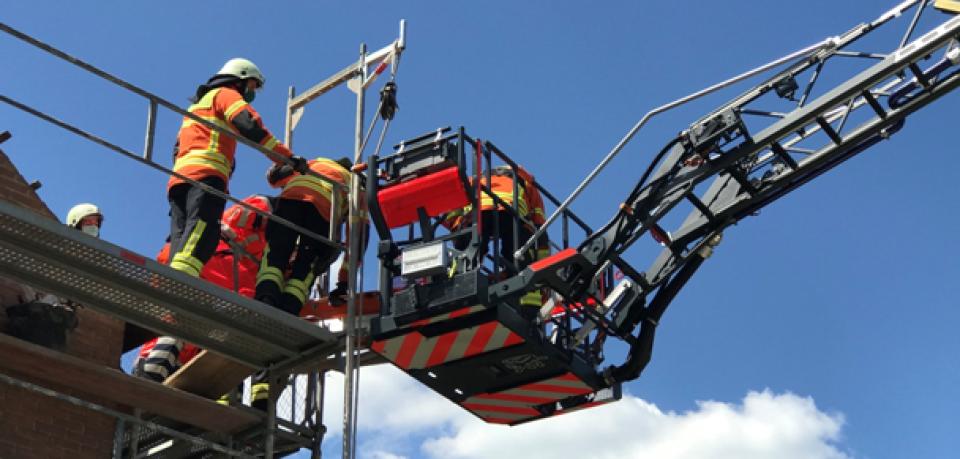 In Braunschweig ist es zu einem schweren Unfall gekommen. Ein Bauarbeiter ist vom Dach auf ein Baugerüst gestürzt.