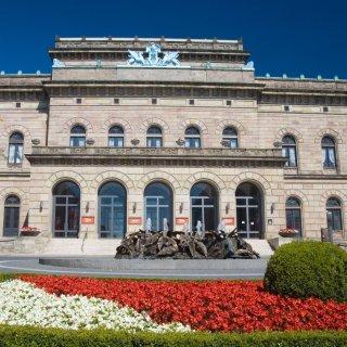 Auch das Staatstheater Braunschweig soll am Montagabend rot angestrahlt werden. (Archivbild)