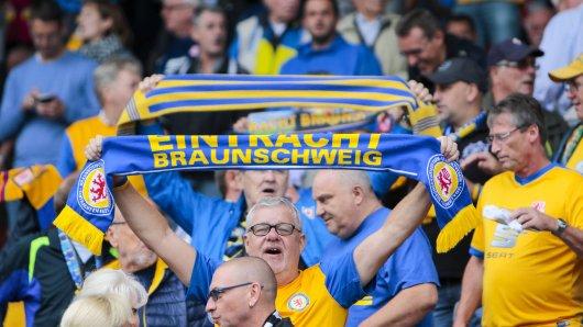 Gute Nachrichten für Eintracht Braunschweig-Fans! Zu den ersten beiden Heimspielen dürfen Zuschauer kommen –  wenn auch nicht so dicht gedrängt, wie hier auf diesem Bild...