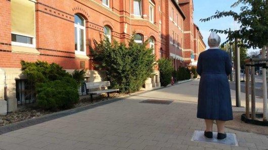 Diese Frau steht vor dem Marienstift in Braunschweig.