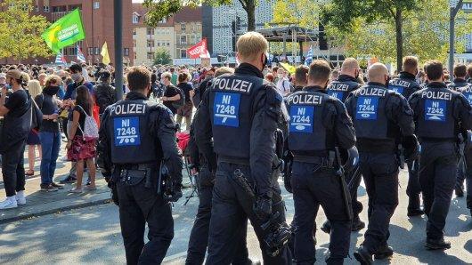 Die Polizei beim AfD-Landesparteitag in Braunschweig. Ihr Einsatz in der Emsstraße sorgt im Nachgang für Kritik.