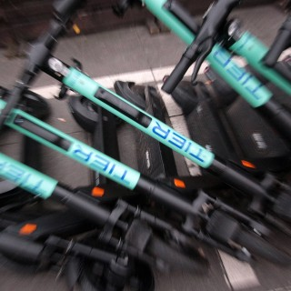 Ein Anbieter will jetzt dem E-Scooter-Chaos entgegenwirken und plant eine bestimmte Maßnahme für Braunschweig. (Symbolbild)
